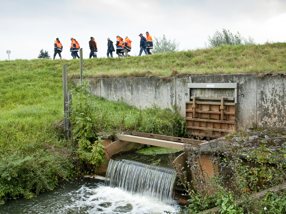 Dijkinspectie op een dijk door waterschapper