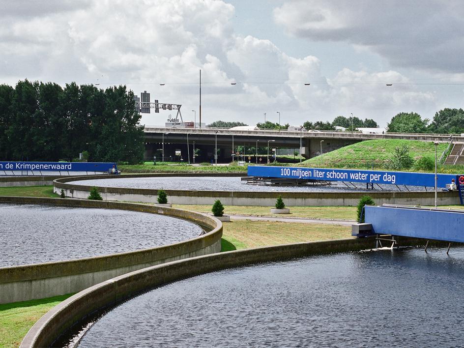 De basins met water van een rioolzuivering